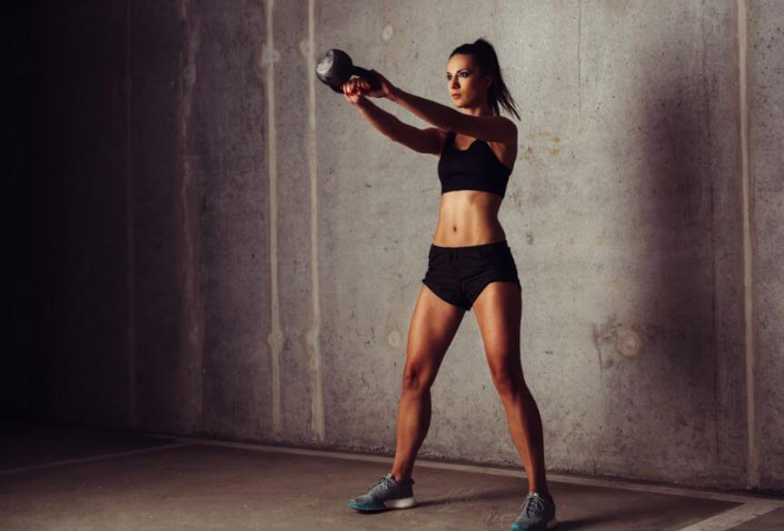Mulher fazendo o exercício gangorra