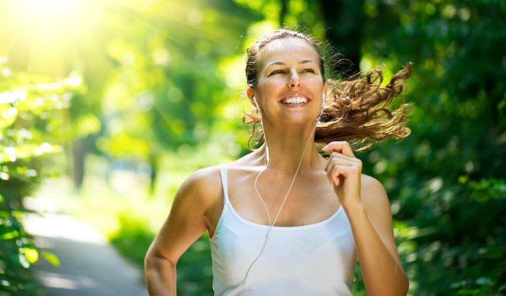 Mulher correndo feliz