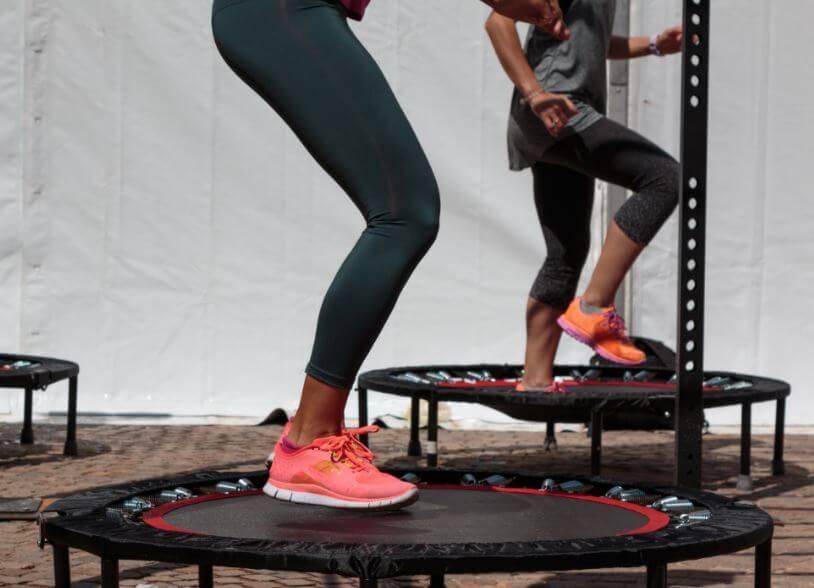 Mulheres realizando exercícios na cama elástica