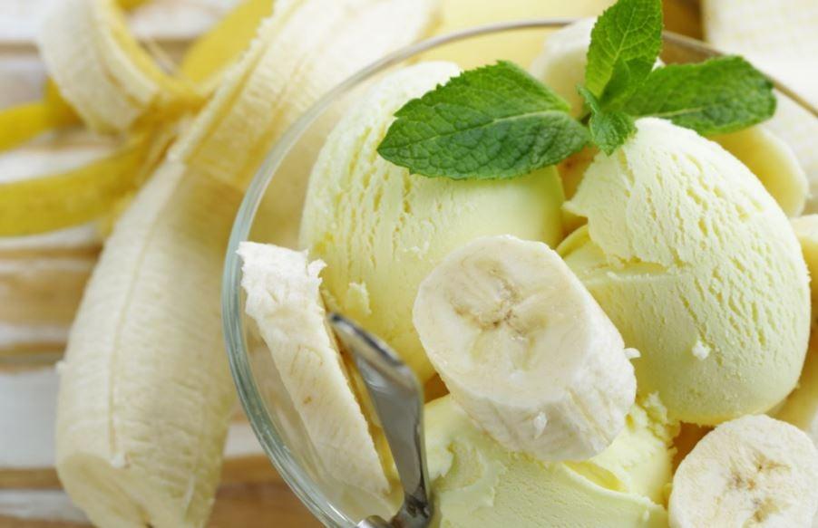 Um pote de sorvete com pedaços de banana