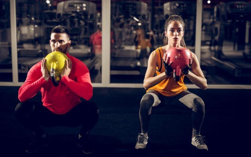 Um homem e uma mulher fazendo exercícios de noite