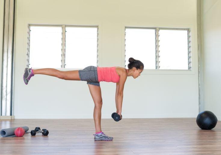 Menina fazendo exercício com pesos