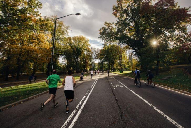 Pessoas correndo no asfalto