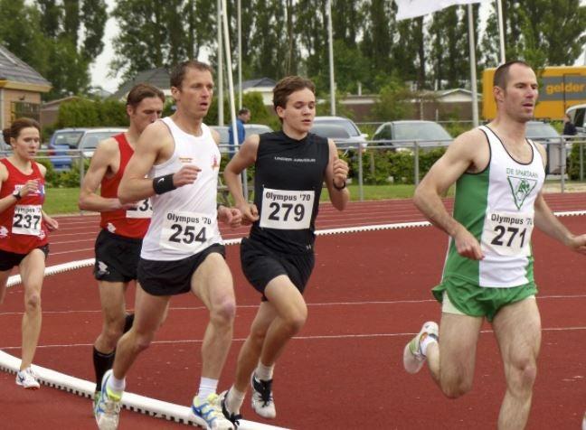Homens em uma prova de atletismo