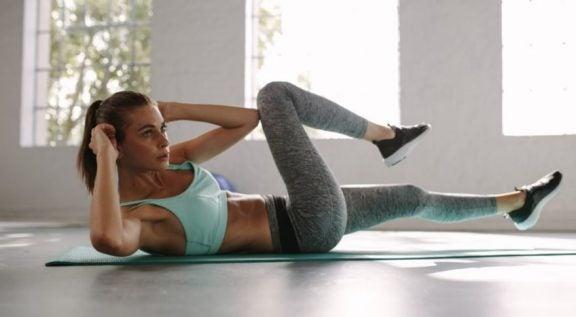 Treino de exercícios abdominais para alcançar uma barriga definida