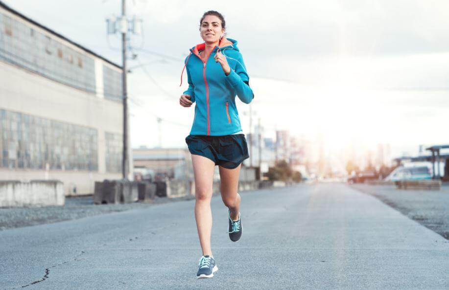 Menina correndo na cidade