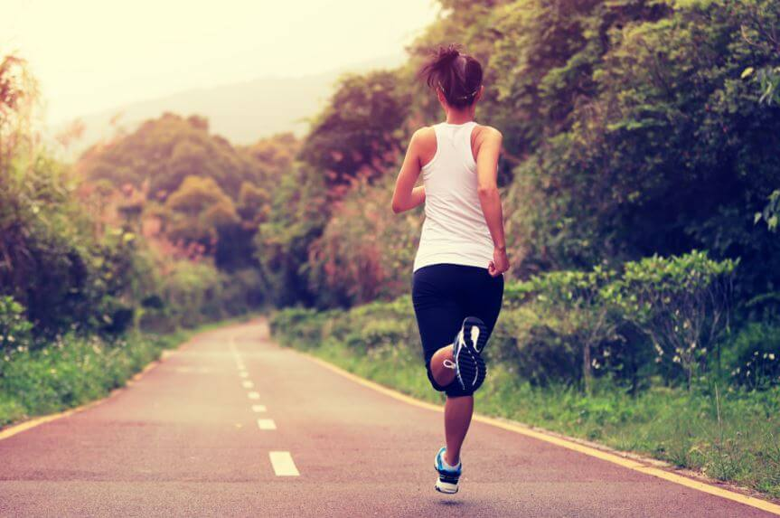 Menina correndo na estrada