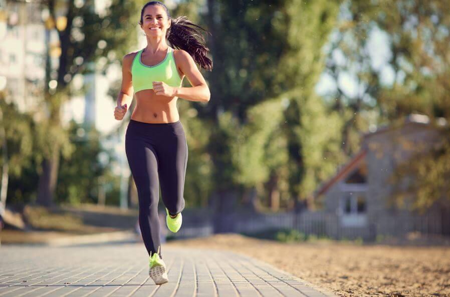 Mulher correndo em uma rua de casas