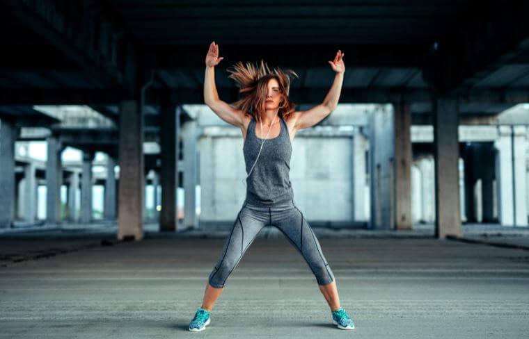 Mulher fazendo exercícios intensos na rua