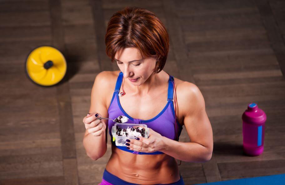 Mulher comendo durante o treino