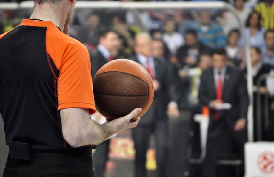 Um árbitro durante um jogo de basquete