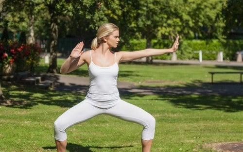 Mulher praticando artes marciais no parque