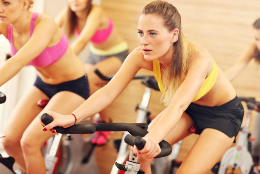 Mulheres em uma aula de spinning