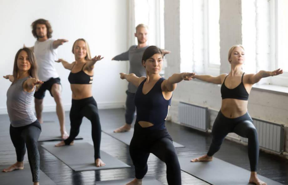Alunas e alunos em uma aula de Yoga