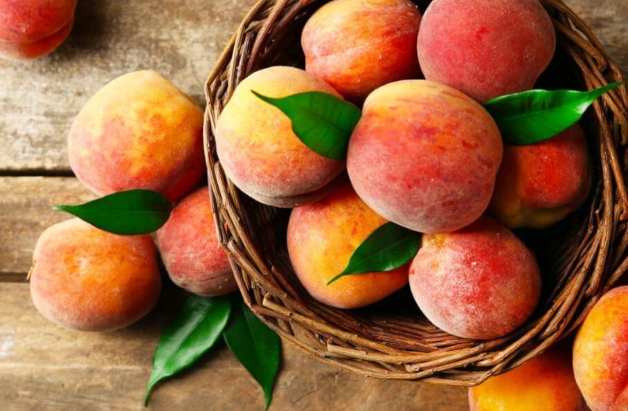 Cesta com pêssegos