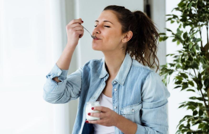 Garota comendo iogurte