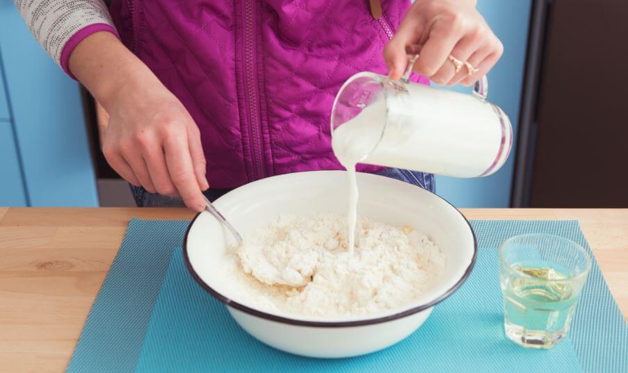 Mulher fazendo um alimento com leite