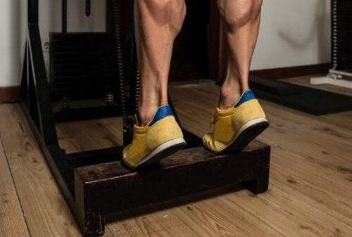 Homem fazendo elevações de gêmeos para tonificar as pernas