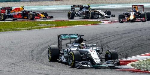 Carros em uma curva de uma corrida de fórmula 1