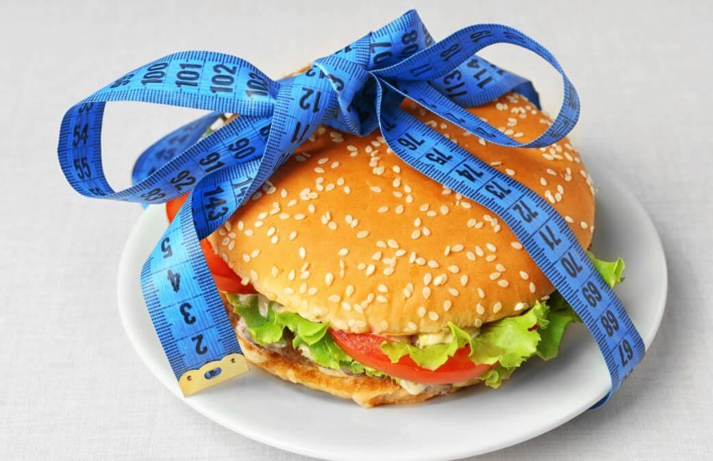 Hambúrguer embrulhado com uma fita métrica