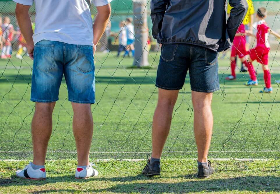 Torcedores em uma partida de futebol infantil