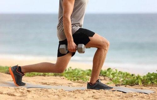 Homem fazendo lunges para tonificar as pernas