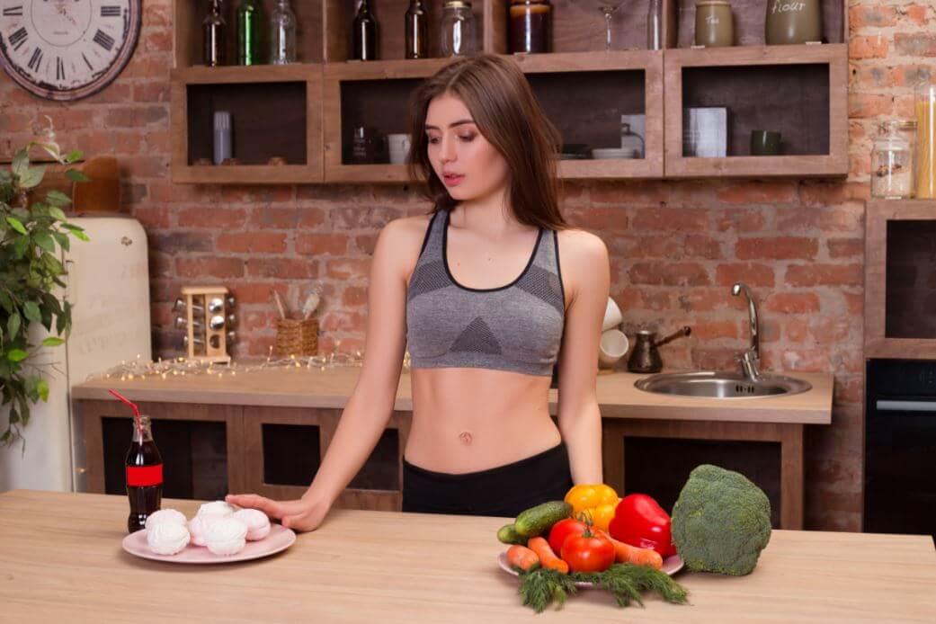 Mulher escolhendo entre comida natural e artificial