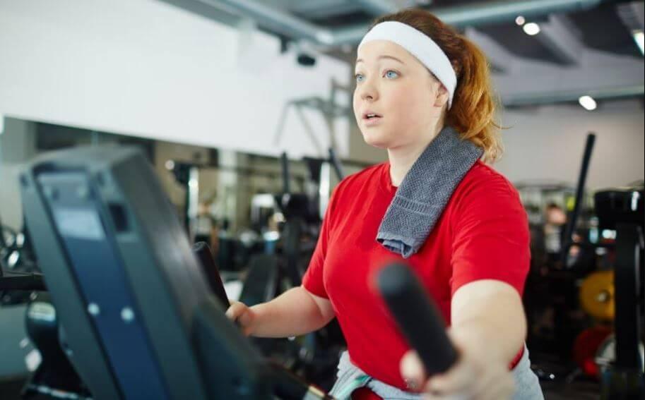 Mulher fazendo treino de cardio de acordo com o protocolo de Lyle McDonald