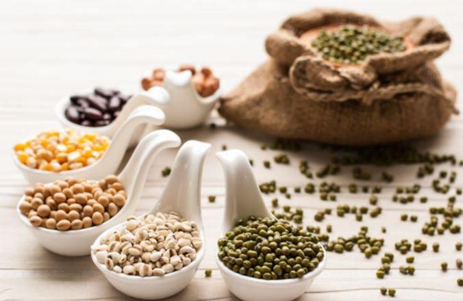 Vários cereais e sementes em potes