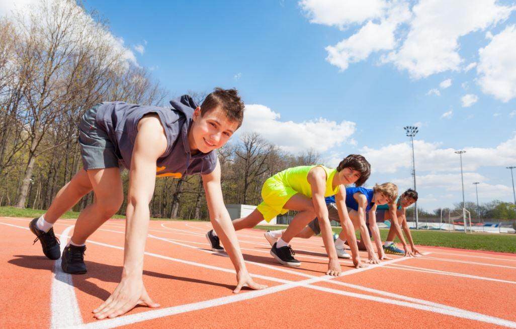 Crianças prontas para correr em uma pista de atletismo