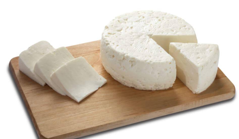 Uma peça de queijo branco fatiado