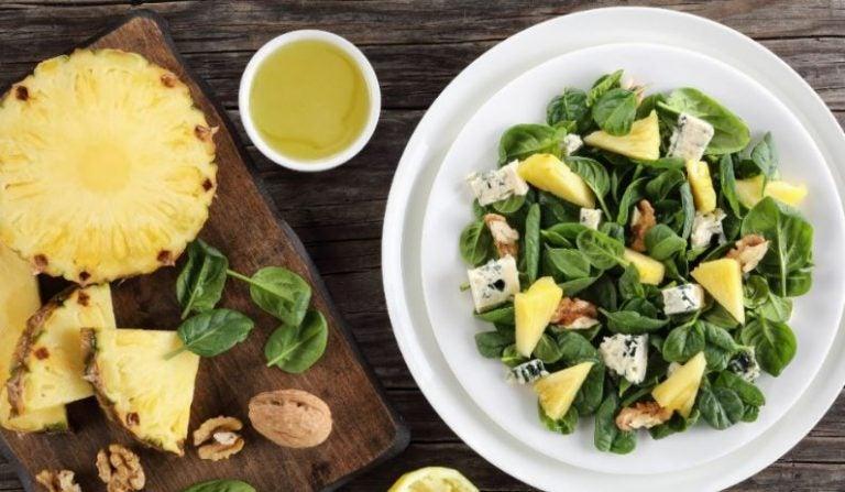 Salada de espinafre com queijo de cabra e abacaxi