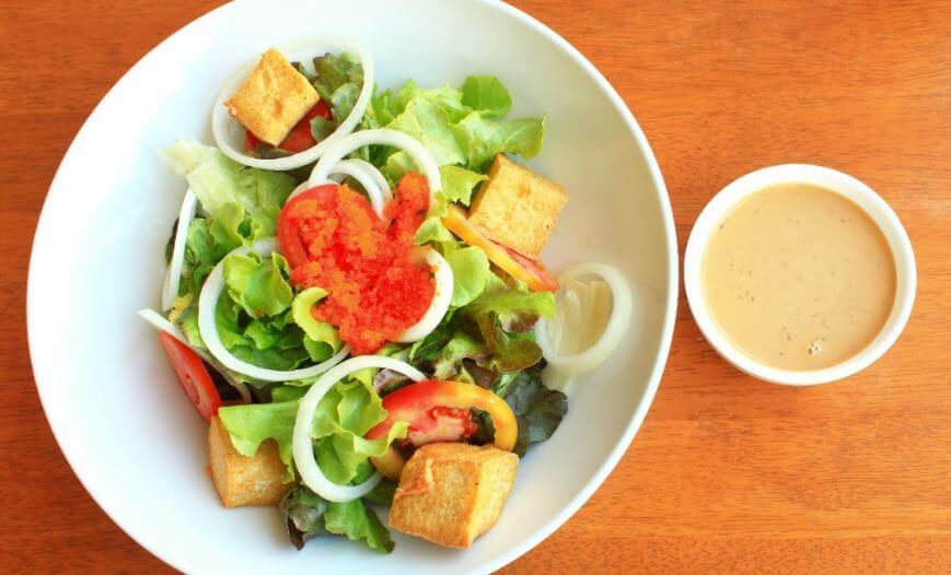 Salada vegetariana com tofu