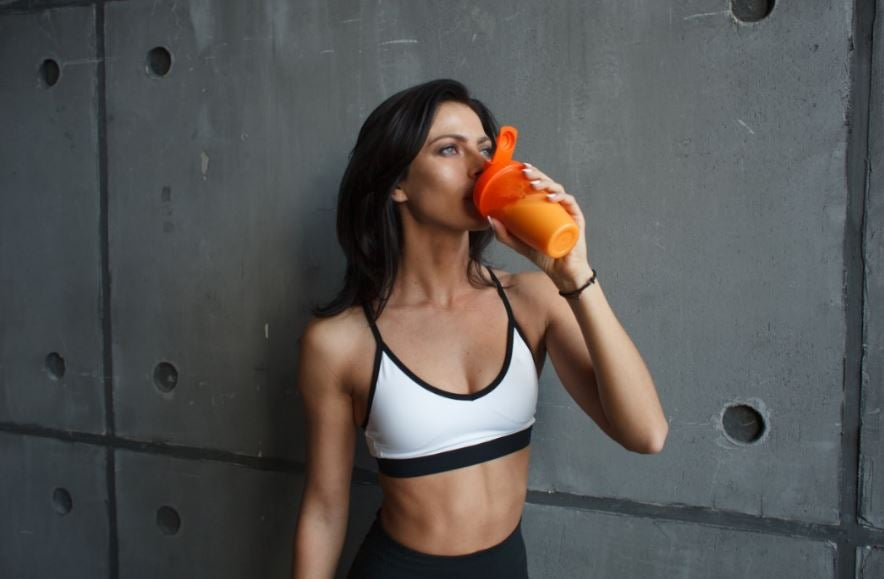 Mulher tomando whey protein