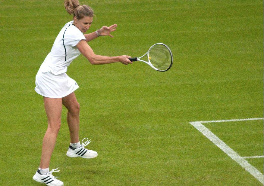 Steffi Graf jogando na grama