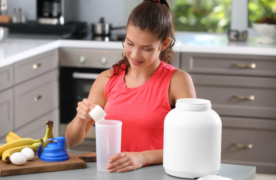 Garota preparando shake de suplemento