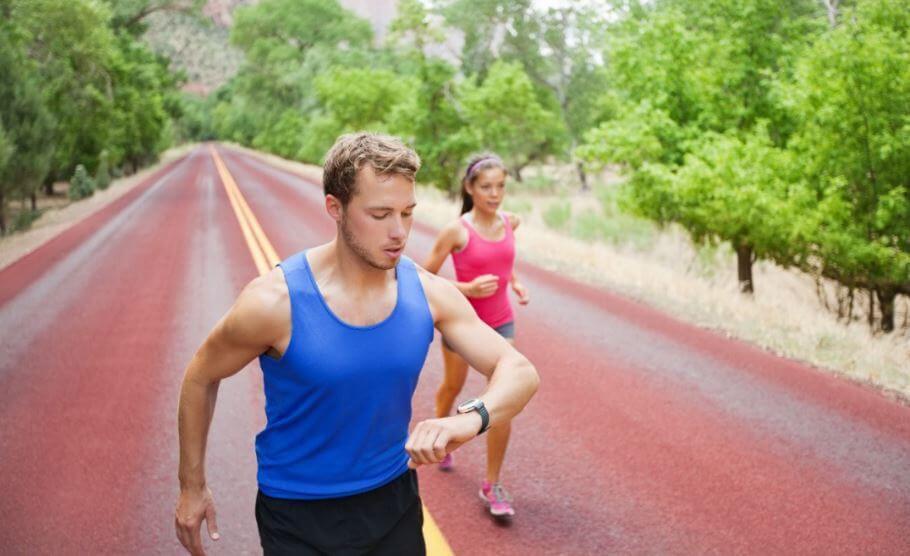 Homem correndo com uma menina