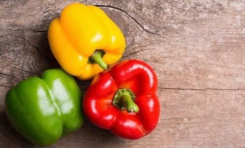 Um pimentão amarelo, um verde e um vermelho