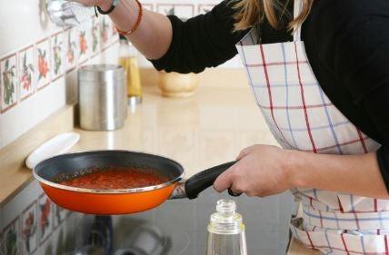 Garota fazendo molho de tomate