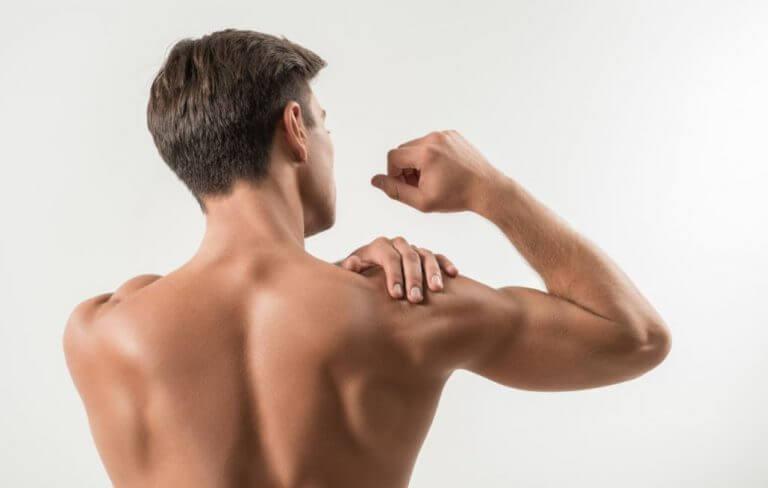 Homem sem camisa com a mão no ombro de costas