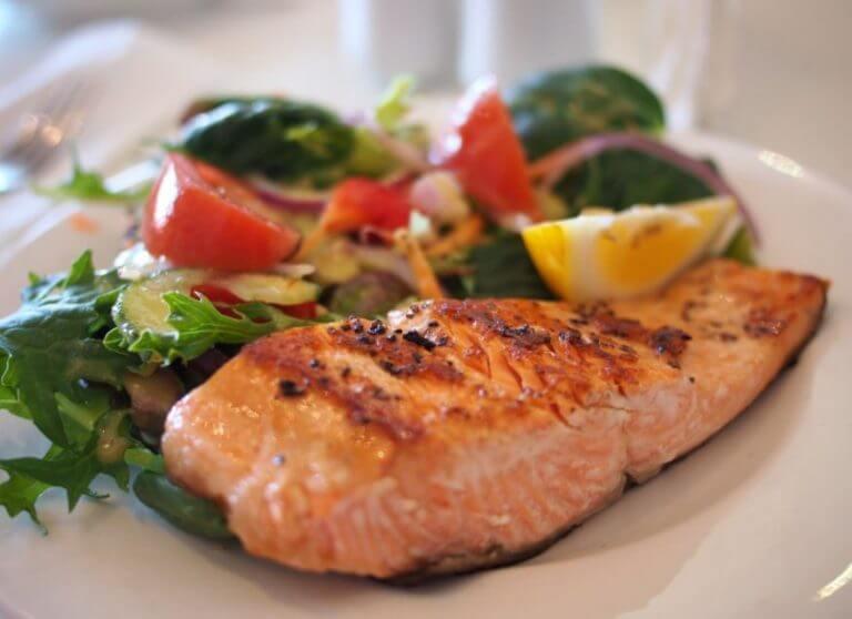 Prato de salmão com salada