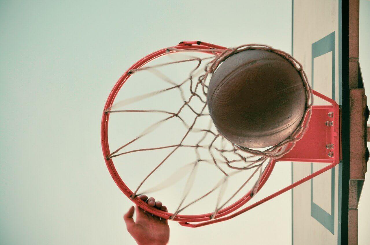 Bola entrando na cesta de basquete