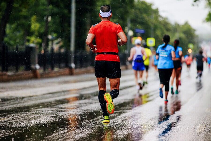 Homem correndo na chuva
