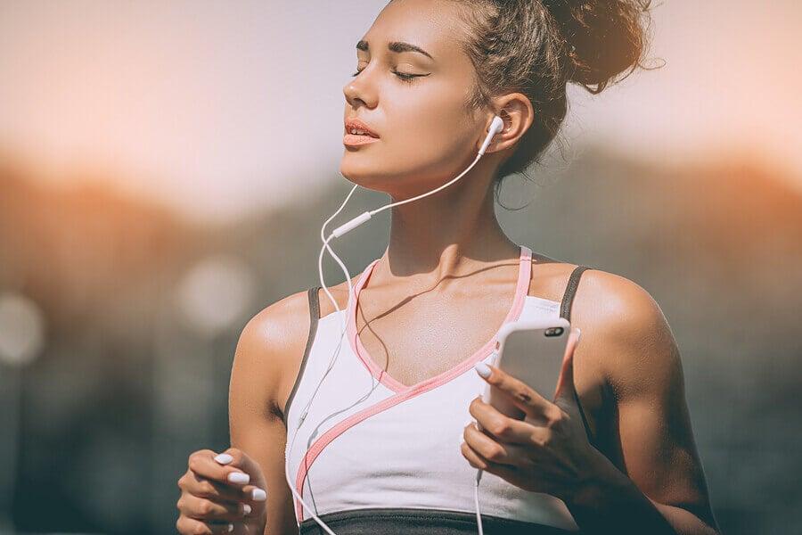 Mulher ouvindo música fazendo esportes