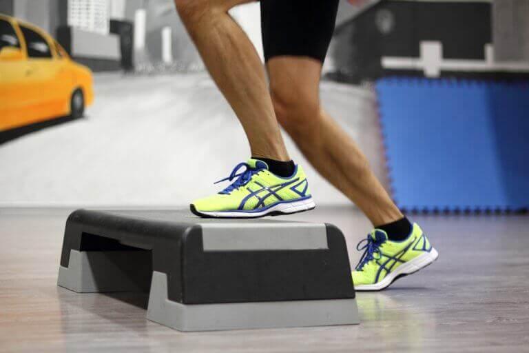 O Step é excelente para tonificar as pernas, glúteos e coxas