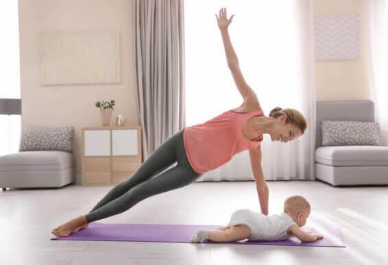 Mulher se exercitando com bebê