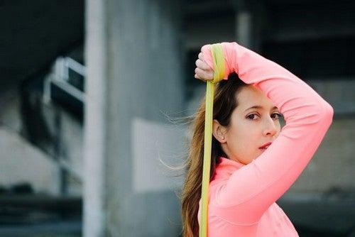 5 exercícios para braços com a faixa elástica