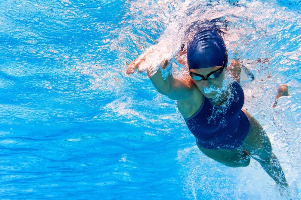 A natação é muito completa porque trabalha o sistema cardiorrespiratório