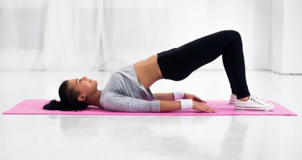 Exercício ponte para trabalhar o músculo psoas.