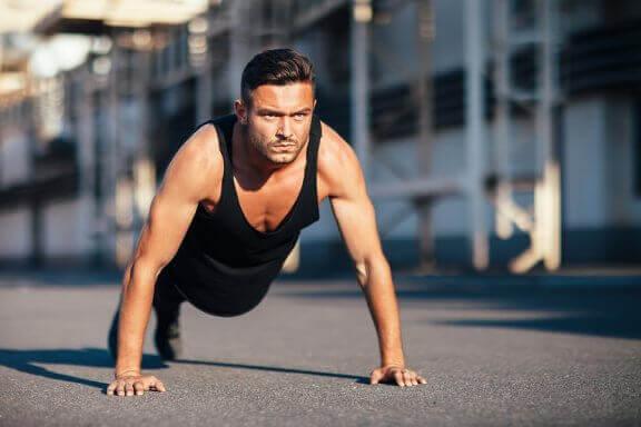 Como fazer flexões para trabalhar principalmente o tríceps e o músculo peitoral maior